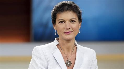 """Only days after left politician sahra wagenknecht announced her new movement, dubbed aufstehen or stand up, tens of thousands have vowed support. Sahra Wagenknecht will sich aus """"Aufstehen""""-Spitze ..."""