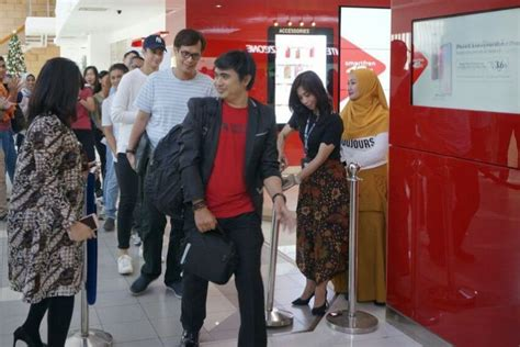 iphone  buyer  indonesia queued