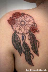 Tatouage Capteur De Rêve : tatouage attrape reve avec des roses rouges dream catcher tattoo and red roses tatouage ~ Melissatoandfro.com Idées de Décoration