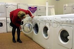 Waschmaschine Stinkt Von Innen : frau beugt sich ber nach innen waschmaschine in der ~ Markanthonyermac.com Haus und Dekorationen