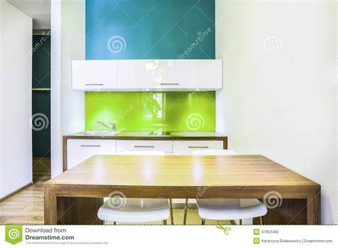 chambre d hotel avec kitchenette kitchenette verte dans la chambre d 39 hôtel photo stock