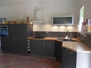 Stunning cuisine gris anthracite et rouge pictures for Idee deco cuisine avec cuisine noir et bois