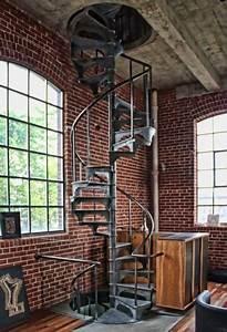 Escalier Métallique Industriel : escaliers m talliques en colima on style industriel murs de briques loft dans une usine ~ Melissatoandfro.com Idées de Décoration