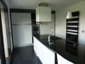 cuisine noir brillant modele cuisine noir et blanc maison design bahbe com