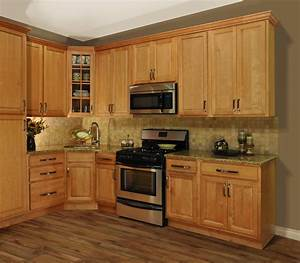 Maple kitchen island decobizzcom for Kitchen designs with maple cabinets