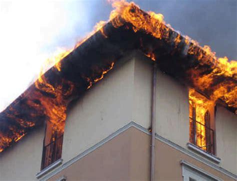 prodotti per pulire il camino pulizia canne fumarie incendio camino tetto impianti