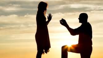 bague demande en mariage en annonçant leur mariage en photo ce oublie un dé qui choque tous leurs amis
