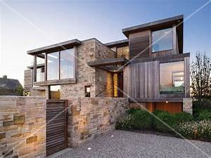 Haus Mit Holz : haus mit verschachtelter fassade aus stein holz und glas bild kaufen living4media ~ Frokenaadalensverden.com Haus und Dekorationen