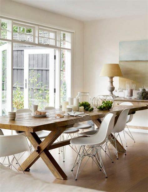 chaise salle a manger contemporaine salle a manger contemporaine complete en bois clair et chaises en plastique beige1 jpg 700 910