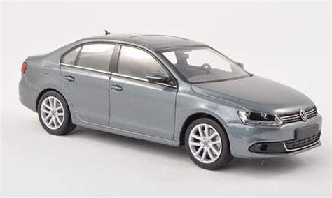 Volkswagen Jetta Gris 2010 Minichamps Diecast Model Car 1