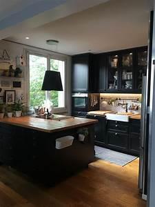 J39adore cette cuisine ikea noire avec ce plan de travail for Deco cuisine avec chaise en solde