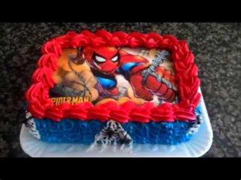 confeitando bolo do homem aranha