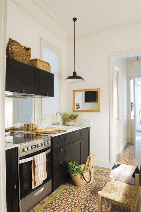 una casa pequena  la cocina en la entrada