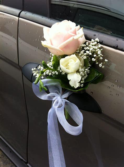 blumenschmuck hochzeit auto auch die spiegel werden mit frischen blumen geschm 252 ckt
