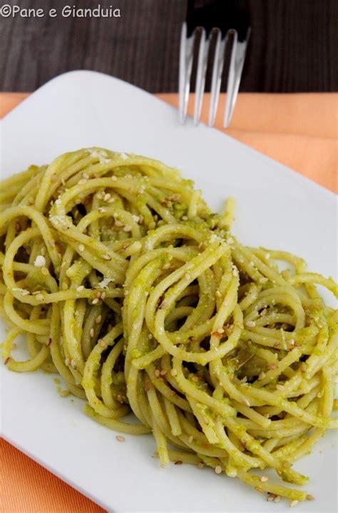 ricette primi con fiori di zucca spaghetti con pesto di fiori di zucca e zucchina