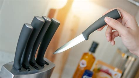 kitchen knife choosing counter male hand knives living acciaio inossidabile immagini lifestyle