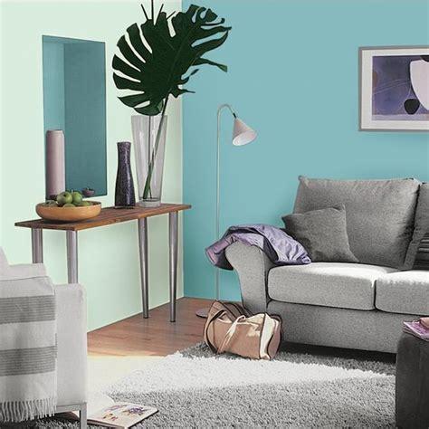 quel tapis avec canapé gris les couleurs pour agrandir une pièce astuces déco