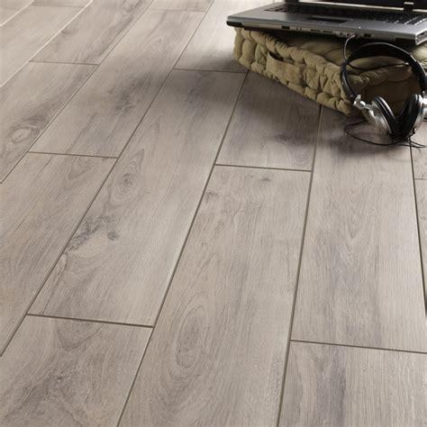 carrelage sol et mur gris clair effet bois l 15 x l