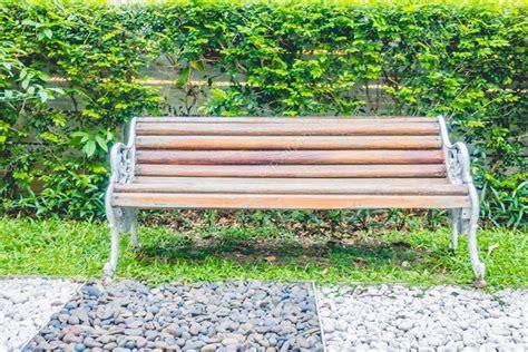 Panchina Parco by Panchina Vuota Nel Parco Foto Stock 169 Mrsiraphol 108195926