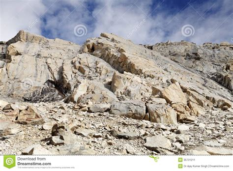 brittle and highly fractured granite rocks near khardung
