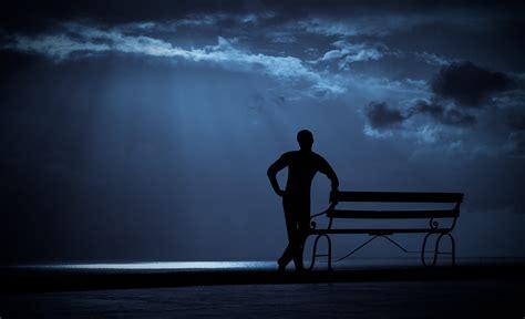 banco de imagens relaxante assistindo olhando homem