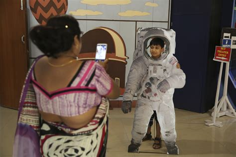 india prepares  land rover  moon  global space race