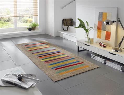 teppich waschbar waschmaschine waschbarer l 228 nglicher teppich f 252 r den wohnbereich mit bunten farbstreifen wohnidee