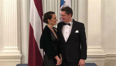 Artuss Kaimiņš ar mīļoto Jeļenu mirdz pieņemšanā Rīgas ...