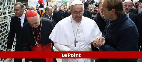 siege du pape premier tweet du pape françois quot continuez à prier pour