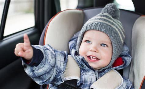 attacher un siege auto bebe pourquoi bébé ne doit pas garder manteau dans