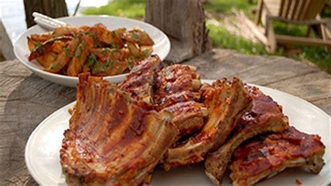 cuisiner cotes de porc côtes levées et patatas bravas aux herbes