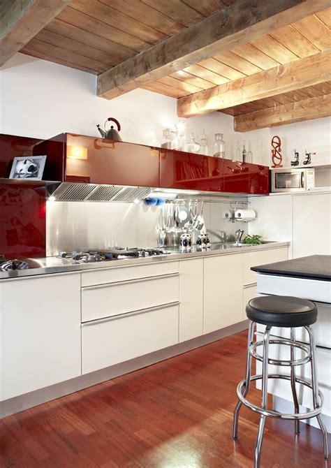cucina mansarda colori per arredare una mansarda originale di design con