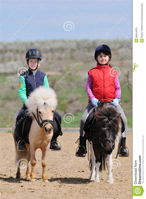 riding ponies boy het jongen meisje berijden poneys