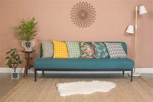 Choisir les coussins pour accessoiriser le canape for Tapis champ de fleurs avec canapé cuir jaune moutarde