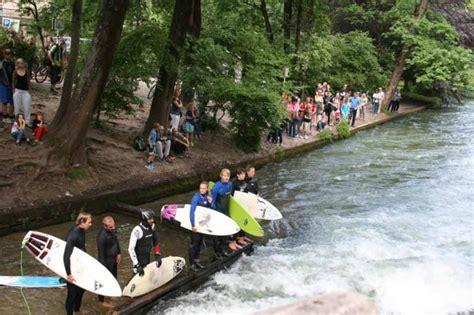 Englischer Garten U Bahn Haltestelle by Eisbachsurfer Im Englischen Garten Die Stehende Welle