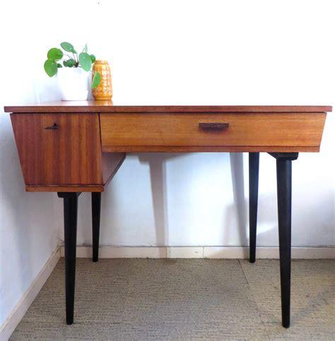 style bureau mooi vintage design bureau met klepje en zwarte schuine poten