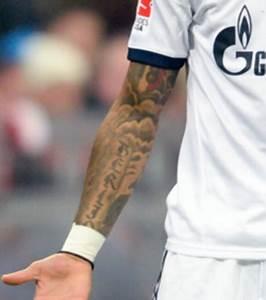 Tatouage Trait Bras : photo kevin prince boateng son tatouage sur le bras rend hommage berlin sa ville natale ~ Melissatoandfro.com Idées de Décoration