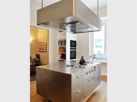 nettoyer inox cuisine une cuisine avec îlot central mise sur l 39 inox pour devenir