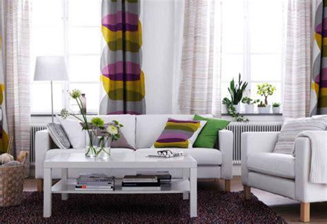 housse de canapé six façons d 39 aménager un même salon