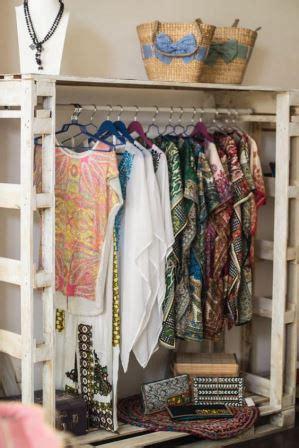 impresionantes closets de madera hechos con palets 15 ideas
