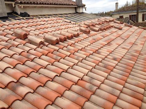 pose de tuile poser des tuiles lors d installation d une toiture