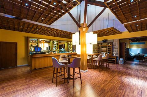 choosing restaurant paint wallpaper  flooring