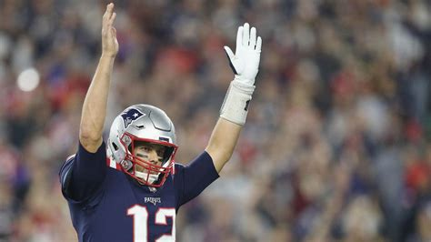 tom brady reaches  touchdown passes  patriots win