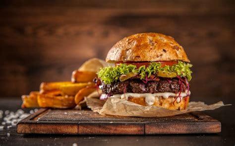 Luego que este lunes se festejara el día del completo, este viernes 28 de mayo se celebra un nuevo día de la hamburguesa. Día de la hamburguesa 2020. Lugares para pedir a domicilio