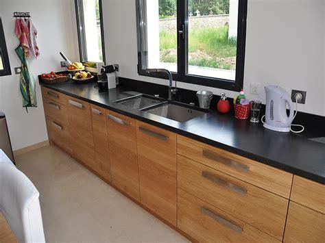 cuisine en bois clair intérieur granit plan de travail en granit noir