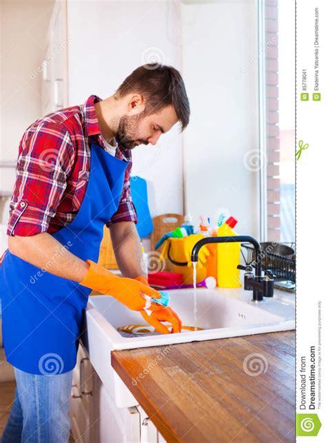 cuisine fait l 39 homme fait nettoyer la cuisine le homme fait la