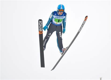 Skispringen ist ein wintersport, bei der ein sportler auf skiern eine skisprungschanze hinabgleitet, um geschwindigkeit aufzunehmen, dann am schanzentisch abspringt und versucht, möglichst weit vor dem aufsetzen auf dem boden zu fliegen. Skispringen Berkutschi.com - Galerien - Skispringen JWM ...