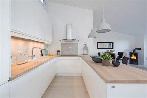 cuisine blanche et bois clair aménagement cuisine 52 idées pour obtenir un look moderne