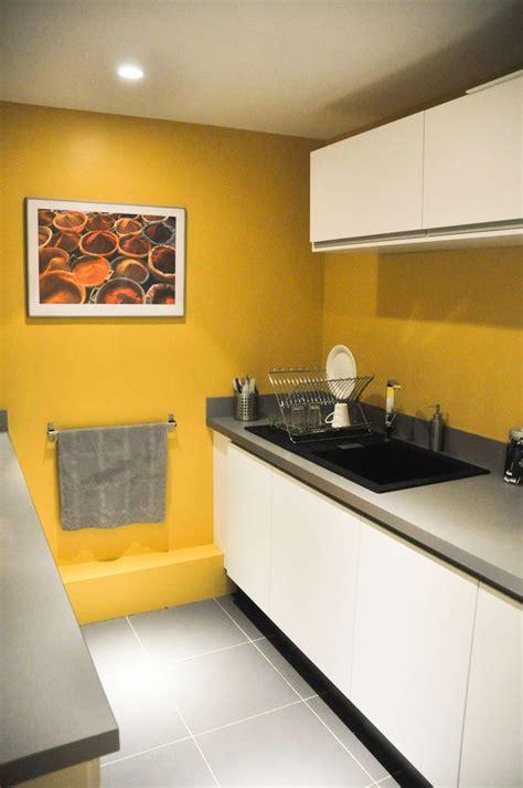 cuisine jaune meuble de cuisine jaune quelle couleur pour les murs
