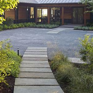 Segmented bluestone walkway - Modern - Landscape